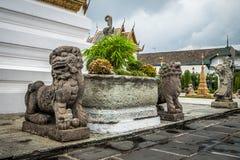 Chinesische Hunde- oder Löweskulptur und Steinwächter auf Hintergrund Bangkok Thailand lizenzfreies stockfoto