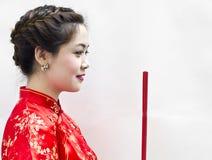 Chinesische Joßsteuerknüppel Holding der jungen Frau lizenzfreies stockbild