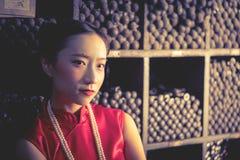 Chinesische Jugendlicharbeitskraft in einem Stahlmetallspeichergeschäft stockfotografie