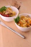Chinesische Küche - gebratener Reis mit Fleisch auf hölzernem Hintergrund Lizenzfreie Stockfotos