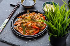 Chinesische Küche - Schweinefleisch mit dem Gemüse frittiert in der Sauer-süßen Soße stockbilder