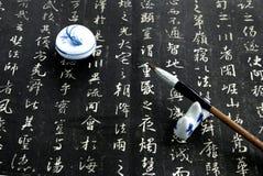 Chinesische Kalligraphie auf Schwarzem Stockfotos