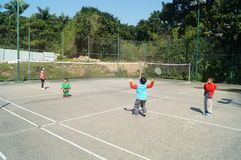 Chinesische Kinder, die Badminton spielen Lizenzfreies Stockfoto