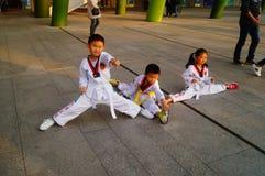 Chinesische Kinder, die Taekwondo lernen Stockbilder