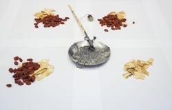 Chinesische Kräutermedizin mit traditioneller Gewichtsskala Lizenzfreie Stockfotos