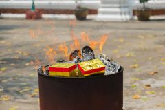 Chinesische Kultur, brennendes Goldpapier für beten stockfotografie