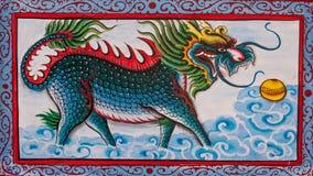Chinesische Kunst das bunte des alten Malereidrachen auf Wand Stockfoto