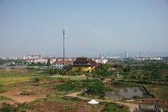 Chinesische ländliche Naturansicht mit der Stadt auf der weiten Rückseite lizenzfreie stockfotografie