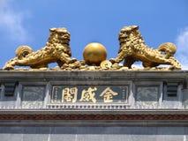 Chinesische Löwen mit alten Münzen stockfoto