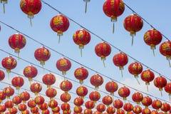 Chinesische Lampen, die auf dem Himmel hängen Stockbild