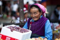 Chinesische Landwirte verkaufen ihre Waren auf dem Markt Lizenzfreies Stockbild