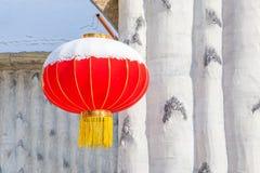 Chinesische Laterne befestigt zum weißen Haus Stockbild