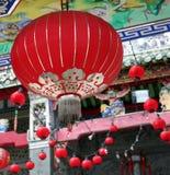 Chinesische Laterne nahe einem Tempel Lizenzfreies Stockbild