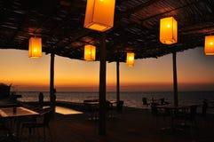 Chinesische Laternen auf Terrasse durch das Meer Stockfoto