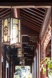 Chinesische Laternen in der roten hölzernen Halle Stockbild