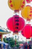 Chinesische Laternen in einem Schrein Stockbild