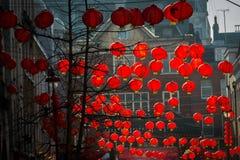 Chinesische Laternen im Abendlicht Stockfotos