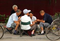 Chinesische Männer, die mahjong oder majiang, sehr populäres chinesisches Spiel in Jingshan-Park, unweit von der Verbotenen Stadt Stockbild