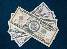 Chinesische Münze über Dollar Lizenzfreies Stockbild