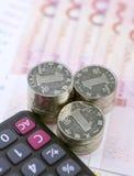 Chinesische Münzen, Banknoten und Taschenrechner Stockbild