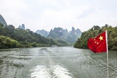 Chinesische Markierungsfahne über dem Li-Fluss Lizenzfreies Stockbild