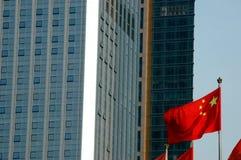 Chinesische Markierungsfahne und moderne Gebäude - Nahaufnahme Lizenzfreie Stockfotos