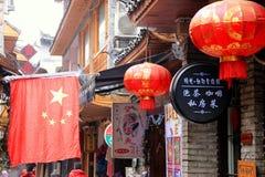 Chinesische Markierungsfahne und rote Laternen Stockfotografie