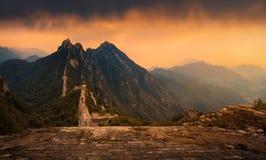 Chinesische Mauer bei Sonnenuntergang lizenzfreie stockfotografie