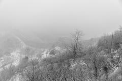 Chinesische Mauer in China an einem nebeligen Tag Stockfoto