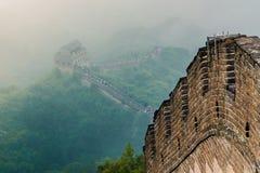 Chinesische Mauer durch den Nebel lizenzfreie stockfotos