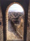 Chinesische Mauer gestaltet in der Wachturmtür stockbilder