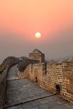 Chinesische Mauer im Herbstsonnenuntergang Lizenzfreie Stockfotos