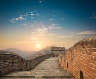 Chinesische Mauer im Sonnenaufgang lizenzfreie stockfotos