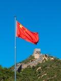 Chinesische Mauer mit chinesischer Staatsflagge Stockbild