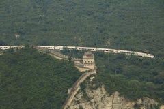 Chinesische Mauer und ein Zug stockbild