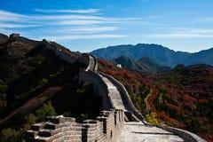 Chinesische Mauer und rotes Blatt Stockbild