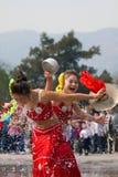 Chinesische Mädchen in traditionellem Dai Nation kleiden an und führen durch Lizenzfreie Stockfotografie