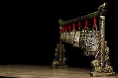 Chinesische Meditationsglocken auf Holztisch Stockfotos