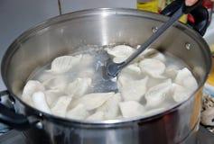 Chinesische Mehlklöße, die im Skillet kochen Lizenzfreie Stockfotografie