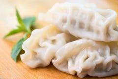 Chinesische Mehlklöße oder Jiaozi mit Essstäbchen Stockfotografie