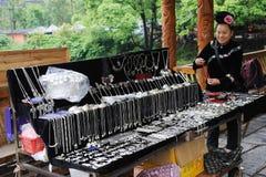 Chinesische miao Frauenverkauf Silberverzierungen Lizenzfreie Stockbilder