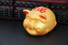 Chinesische Münze oder piggy Querneigung mit chinesischer Rechenmaschine Lizenzfreies Stockfoto