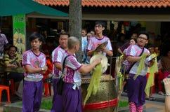 Chinesische Musiktruppe im purpurroten Kostüm passt Leistung Singapur des neuen Jahres auf Lizenzfreie Stockfotos