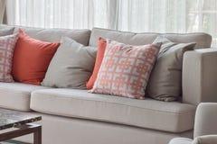 Chinesische Musterkissen-, Rote und Grauekissen, die auf Sofa einstellen Lizenzfreies Stockbild