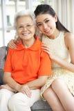 Chinesische Mutter mit der erwachsenen entspannenden Tochter Stockfotos