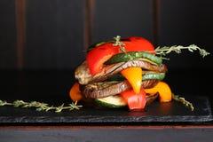 Chinesische Nahrung in einer Gaststätte Gemüse, Schnitt in Scheiben Zucchini, Pfeffer, Tomate, Aubergine Lizenzfreie Stockfotos