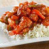 Chinesische Nahrungsmittel- süßes und saures Huhn auf Reis Lizenzfreie Stockfotografie