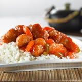 Chinesische Nahrungsmittel- süßes und saures Huhn auf Reis Stockbilder