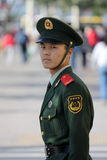 Chinesische nationale Polizei in der vollen Uniform stockbild