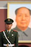 Chinesische nationale Polizei in der vollen Uniform bei Tiananm Stockbild